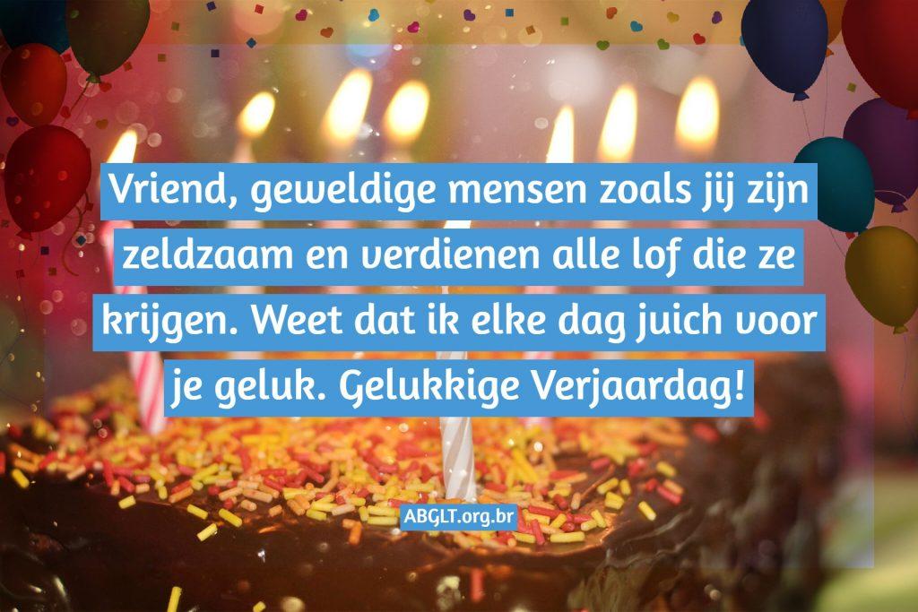 Vriend, geweldige mensen zoals jij zijn zeldzaam en verdienen alle lof die ze krijgen. Weet dat ik elke dag juich voor je geluk. Gelukkige Verjaardag!